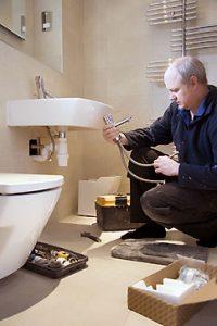 monteur bezig in badkamer
